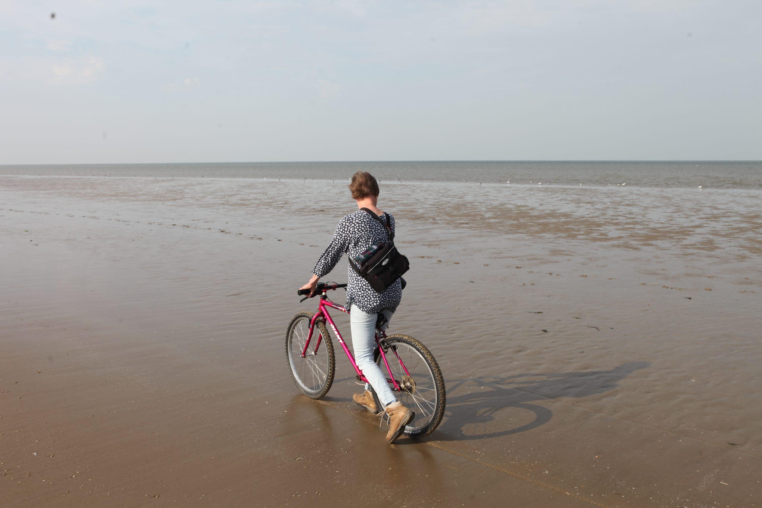 Else Klomps met loopfiets op strand